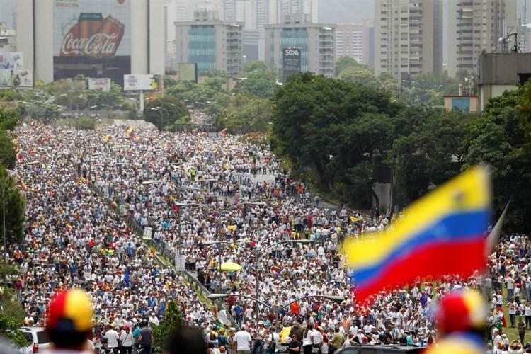 4marchers-venezuela-massive-crowds_b3f8fd856c9576b672cdf19ec9b398da.nbcnews-fp-1200-800.jpg