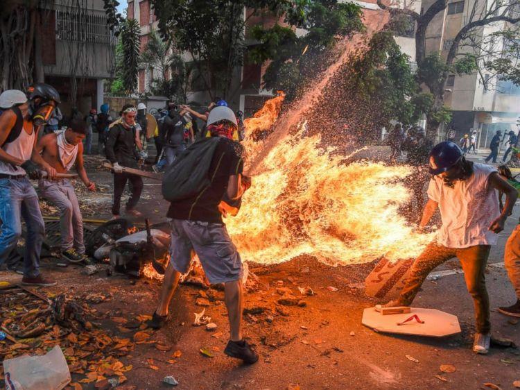 gty-venezuela-fire-01-jc-170503_4x3_992.jpg
