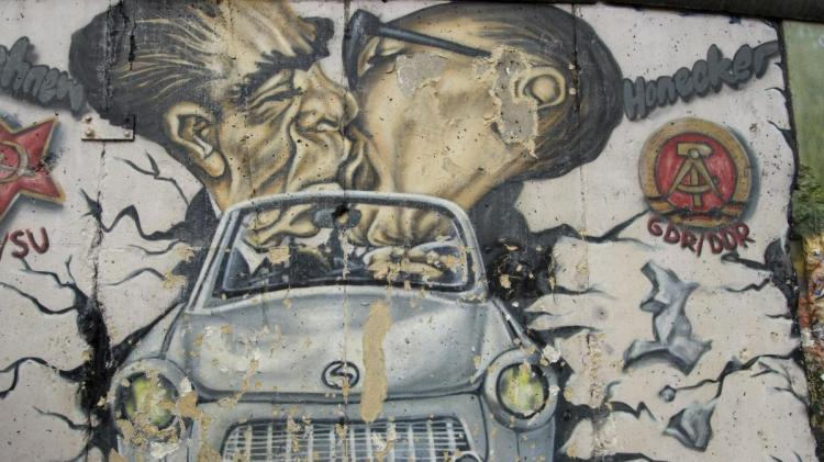 Berlin-Wall-paintings-remains-showing-th.jpg