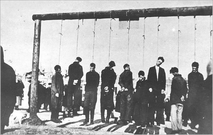 Executed Jews on the gallws in teh Podqorze section of Krakow.jpg