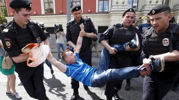 russia-anti-gay-protest.jpg