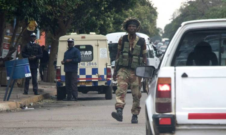 x72989944_Zimbabwean-soldiers-stand-by-an-intersection-as-they-regulate-civilian-traffic-in-Harar.jpg.pagespeed.ic.arnB_U6sTB.jpg