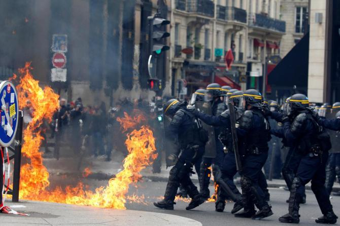 1493656523912.JPG--primo_maggio_tra_molotov_e_scontri__alta_tensione_a_parigi