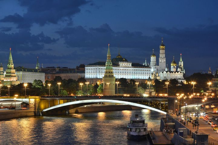 Moscow_Kremlin_and_Bolshoy_Kamenny_Bridge_late_evening_01