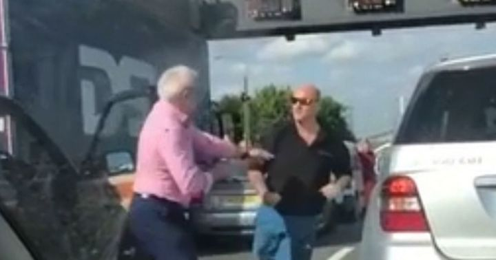 0_Moment-two-middle-aged-drivers-trade-blows-in-the-middle-of-M25-traffic-in-road-rage-row (1)