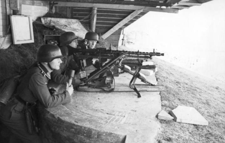 Bundesarchiv_Bild_101I-291-1213-34_Dieppe_Landungsversuch_deutsche_MG-Stellung