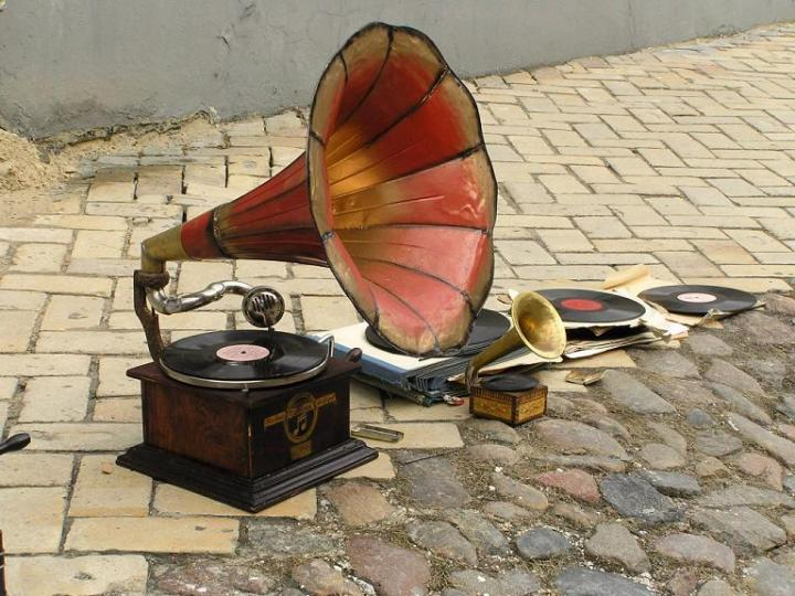 old-gramophone-by-taniasha