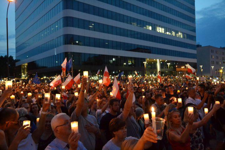 Krakow-candlelight-protest-vs-Polish-Supreme-Court-reform